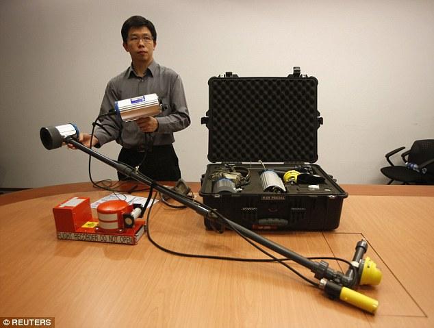 Một chuyên gia đến từ Cơ quan điều tra tai nạn giao thông của Singapore giới thiệu thiết bị dò tìm tín hiệu dưới biển.