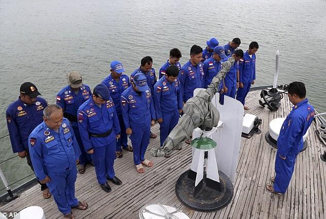 Các Cảnh sát biển của Indonesia tập trung lại, rà soát kế hoạch tìm kiếm và cứu hộ trước khi đến vùng biển máy bay AirAsia được cho là mất tích tại cảng Pangkal Pinang ở đảo Sumatra.