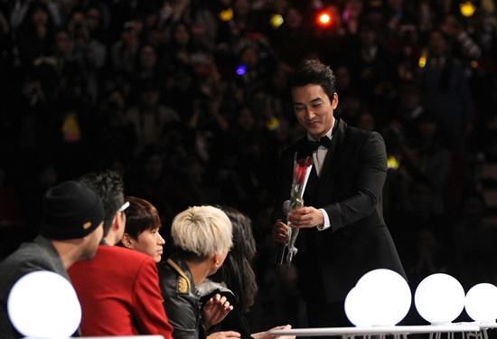 Trong vai trò MC của buổi lễ, nam diễn viên điển trai Song Seung Hun đã có màn tỏ tình lãng mạn với IU khi tặng cô bông hoa hồng tuyệt đẹp