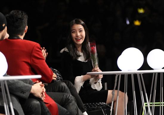Nữ ca sĩ trẻ không giấu nổi niềm vui khi được nhận món quà đặc biệt từ tài tử họ Song