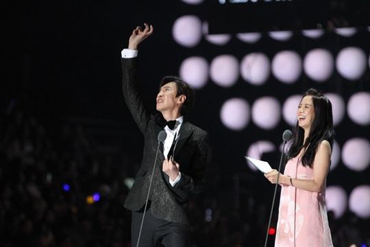 Có mặt tại lễ trao giải MAMA 2014 cùng át chủ bài Song Ji Hyo, chàng hươu cao cổ Kwang Soo khiến khán giả Hong Kong cười ra nước mắt với những màn tạo dáng khó đỡ.