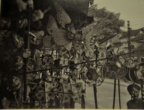 Đèn lồng bán trên phố Hàng Mã năm 1926.