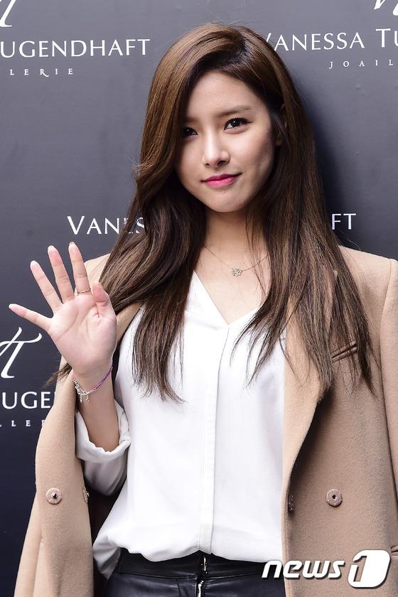 Người đẹp giơ tay chào trước ống kính máy ảnh