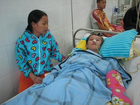 Chị Huệ xót xa nhìn đứa con gái của mình đang nằm một chỗ tại bệnh viện