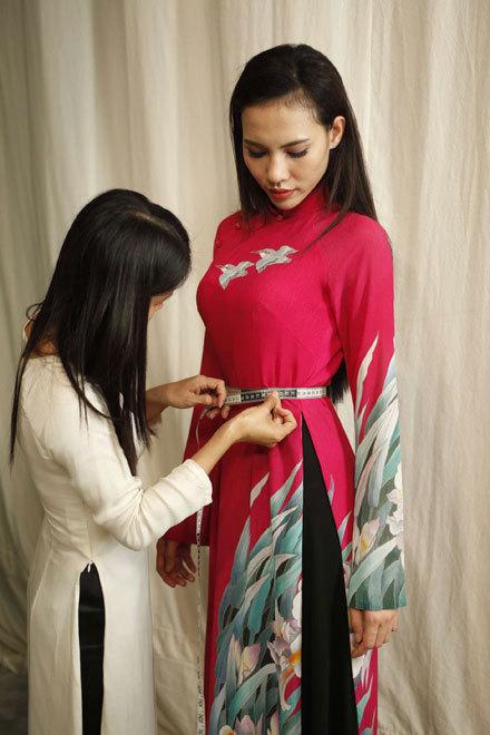 Những thiết kế mà các người đẹp trình diễn được tổng hợp từ ba bộ sưu tập chính: Quốc hoa, Hoa xuân và Hoa lan của Sĩ Hoàng