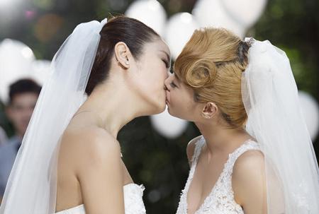Nụ hôn say đắm của Thái Y Lâm và Lâm Tâm Như được xem là điểm nóng của video clip này.