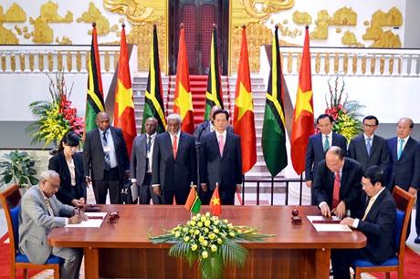 Phó Thủ tướng, Bộ trưởng Ngoại giao Phạm Bình Minh và Bộ trưởng Ngoại giao Vanuatu Sato Kilman ký Bản ghi nhớ giữa Chính phủ Việt Nam và Chính phủ Vanuatu về hợp tác kỹ thuật và phát triển. Ảnh: VGP/Nhật Bắc