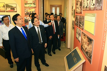 Thủ tướng Nguyễn Tấn Dũng tham quan Phòng truyền thống của ĐHQG Hà Nội. Ảnh: VGP/Nhật Bắc