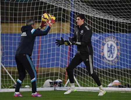 Costa tập luyện cùng đồng đội. Anh sẽ được thi đấu trở lại sau khi mãn hạn treo giò một trận