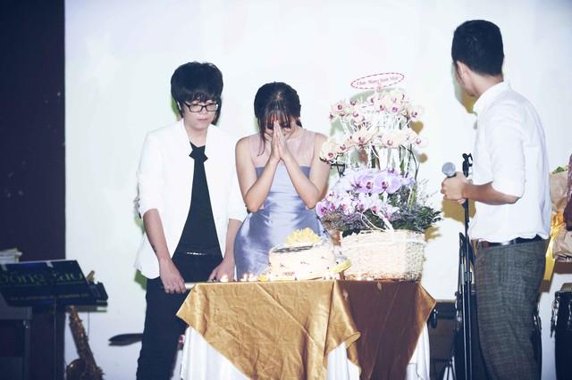 Văn Mai Hương rất xúc động trong lễ sinh nhật.