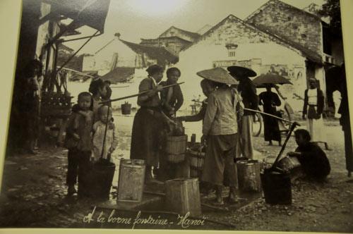 Máy nước trên đường phố Hà Nội đầu thế kỷ 20.