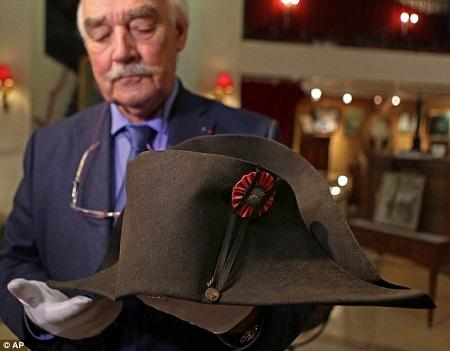 Chiếc mũ của Napoleon đạt mức giá khủng 50 tỉ đồng