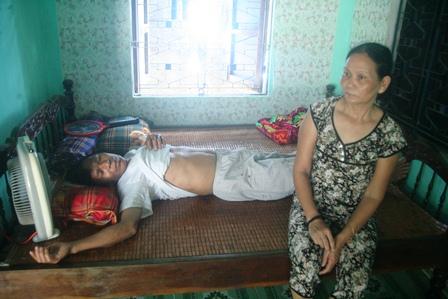 Bác Thuận, bố chị Hồng bị lâm bệnh ung thư nặng không có tiền chữa