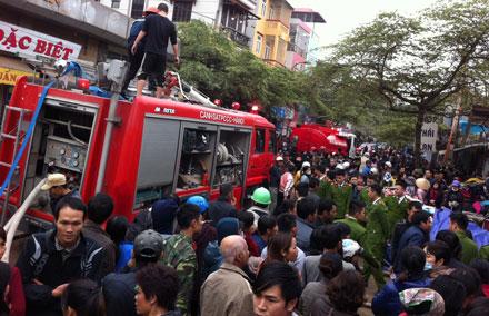 Hàng chục xe cứu hỏa cùng hàng trăm chiến sĩ được điều tới hiện trường.