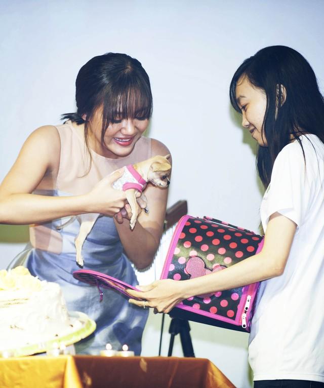"""Fans Club của Văn Mai Hương cũng đã tặng hoa và một món quà đặc biệt ý nghĩa. """"Các bạn đã gây bất ngờ lớn cho Hương khi mua tặng Hương một chú chó nhỏ."""