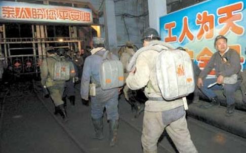 Nhân viên cứu hộ tiến vào hầm mỏ xảy ra tai nạn (Ảnh: SCMP)