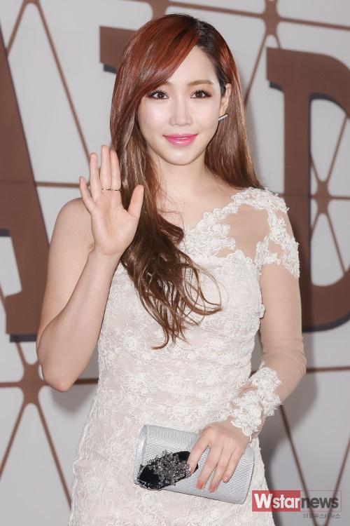 Mỹ nhân Lửa hận tình thù Lee Yoo Ri trong chiếc váy ren lệch vai quyến rũ