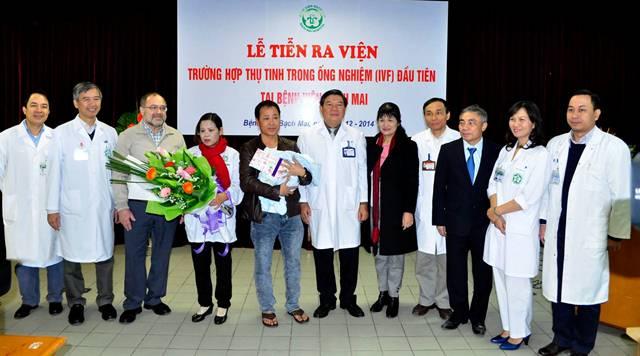 Niềm vui của gia đình anh Hạnh chị Nhan cũng là niềm vui chung của tập thể các y bác sĩ.