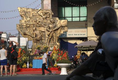 Rất nhiều hoa được mang đến tượng đài Hà Nội mùa đông 1946 trên phố Hàng Ngang (Ảnh: Dân trí)
