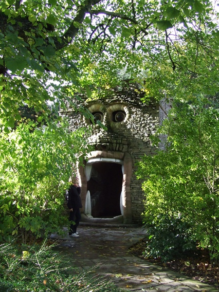 Mê cung kỳ dị Forbidden Corner, Anh,
