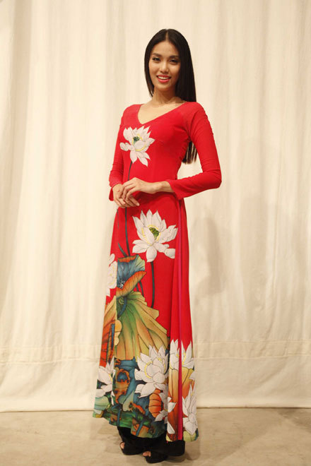Giải vàng Siêu mẫu Việt Nam 2013 rạng rỡ trong tà áo dài họa tiết sen