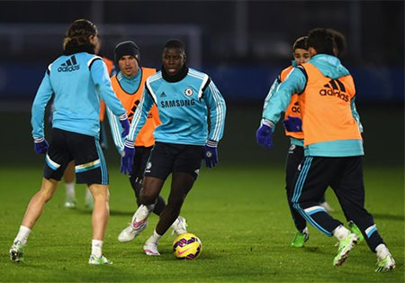 Hậu vệ trẻ Zouma tập luyện cùng đồng đội. Do Cahill chấn thương nên Zouma có cơ hội được ra sân