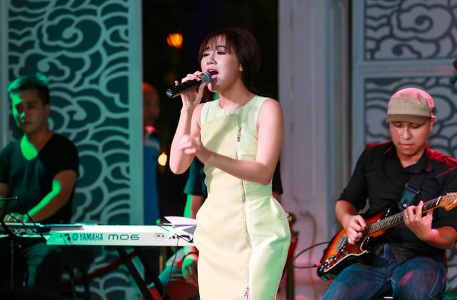 """Để gửi lời cảm ơn tới tất cả mọi người đã có mặt trong bữa tiệc của mình Văn Mai Hương hát hàng loạt bài hit của mình: """"Chậm lại một phút"""", """"Tìm"""", """"Chuyện tình, Em tôi..."""
