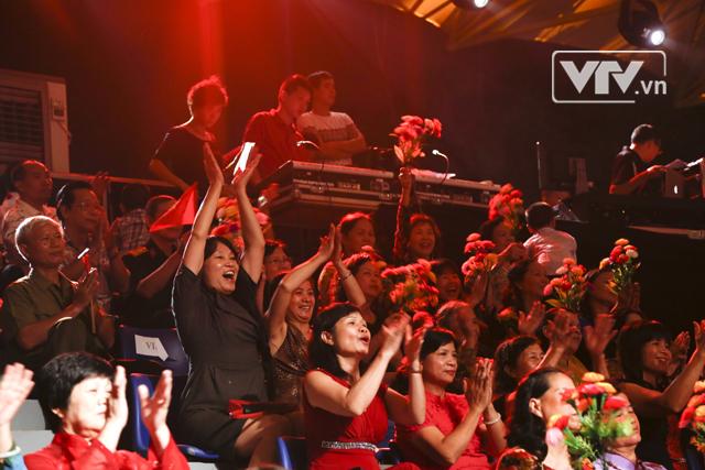 Giọng ca của nữ Diva nhận được sự cổ vũ nhiệt tình của những người Hà Nội có mặt trên khán đài.