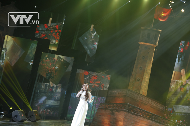 Ca sỹ Ngọc Anh cũng tới tham gia chương trình và thể hiện một ca khúc về Hà Nội đã quá nổi tiếng - Hà Nội đêm trở gió.