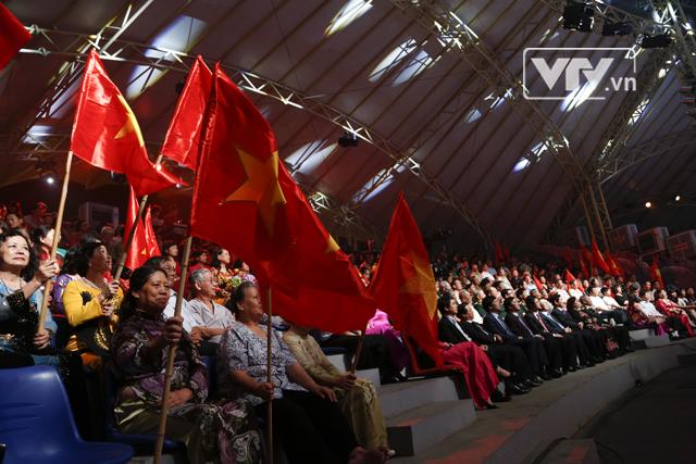 Quốc kỳ bay phấp phới trên khắp các khán đài.