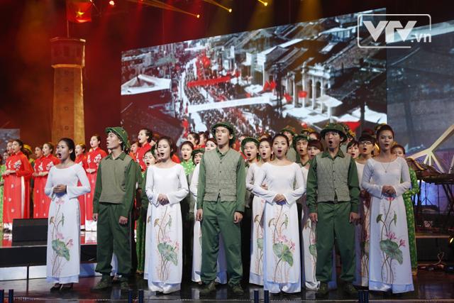 Dàn hợp xướng hòa giọng tại điểm cầu trường quay ngoài trời của Đài THVN (Ảnh: Minh Nguyễn/VTV News)
