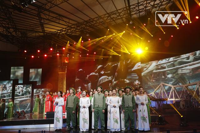 Tốp ca Tiến về Hà Nội gợi cho khán giả một thời hào hùng của dân tộc.