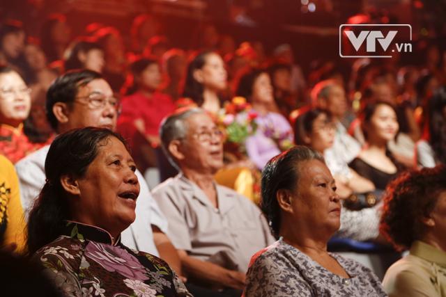Nhiều khán giả theo dõi trực tiếp đang hòa mình vào giai điệu của ca khúc.