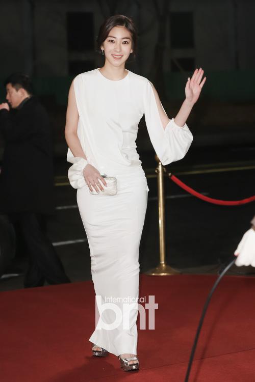 Wang Ji Won thanh lịch với sắc trắng