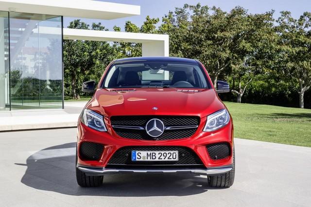 Phần đầu xe đặc biệt ấn tượng với lưới tản nhiệt thanh đơn, cụm đèn pha dạng LED cùng logo ngôi sao 3 cánh đặc trưng của Mercedes