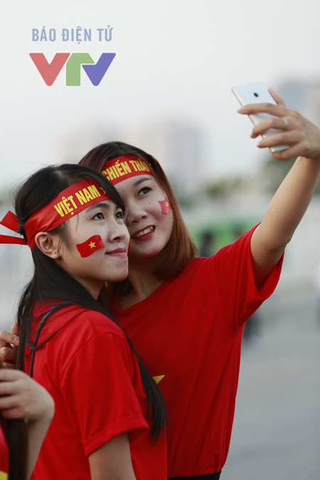 Tranh thủ Selfie trước giờ vào sân cổ vũ.