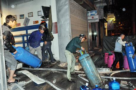 Doanh nghiệp gas Quảng Phong huy động tối đa nhân viên tới di chuyển các bình gas.