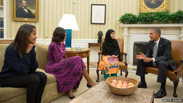 Malala trong cuộc gặp gỡ gia đình Tổng thống Mỹ Obama (Ảnh: AP)
