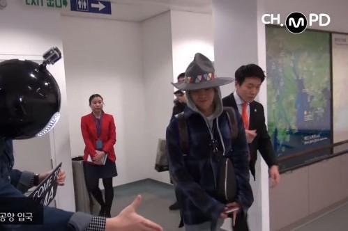 G-Dragon tại sân bay Hong Kong.