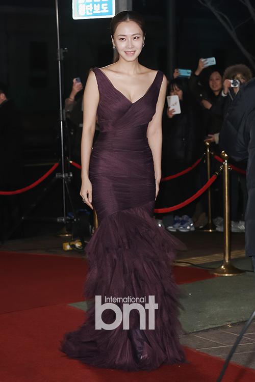Người đẹp Hong Soo Hyun thướt tha trong bộ váy màu tím sang trọng