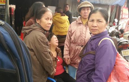 Một tiểu thương khóc ngất khi không thể cứu được hàng hóa khỏi tay bà hỏa