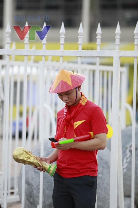 Có người còn chọn cổ vũ bằng hẳn cúp vàng FIFA World Cup, một giấc mơ lớn hơn AFF Suzuki Cup 2014 chăng?!