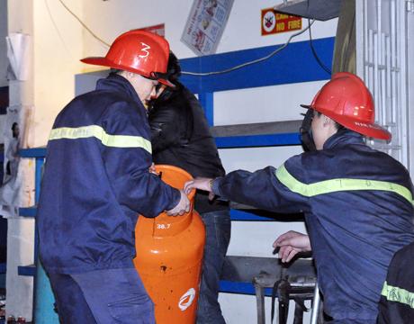Lực lượng PCCC tỉnh cũng khẩn trương di chuyển các bình gas.