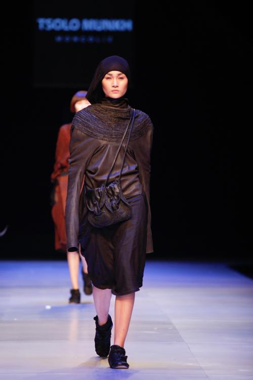 Phụ kiện đính tua rua, vòng cổ họa tiết lấy cảm hứng từ Mông Cổ, bộ vòng tay boho đặc trưng, các mẫu khăn choàng đầu truyền thống xứ thảo nguyên hay giày da càng tôn lên nét phong trần, lãng tử đầy ngẫu hứng cho trang phục.