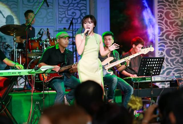Văn Mai Hương trong đêm diễn tại Hà Nội