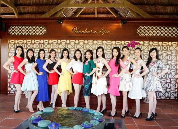 Các thí sinh khoe sắc trong những bộ váy tươi trẻ