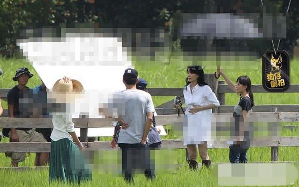 Vương Phi liên tụcđặt tay lên bụng khi ghi hình quảng cáo, làm dấy lên tin đồn cô có thai với Tạ Đình Phong