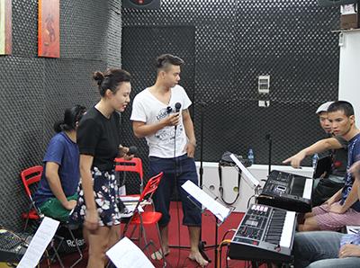 Chiều 3/10, buổi tập đầu tiên cùng ban nhạc của các ca sĩ trước Liveshow tháng 10 đã diễn ra tại phòng tập 69C Núi Trúc với sự góp mặt của ca sĩ Vũ Thắng Lợi, Đông Hùng - Phương Linh và Nguyễn Đức Cường