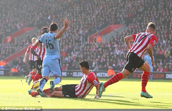 Phút thứ 9, Aguero có pha tranh chấp trong vòng cấm Southampton.