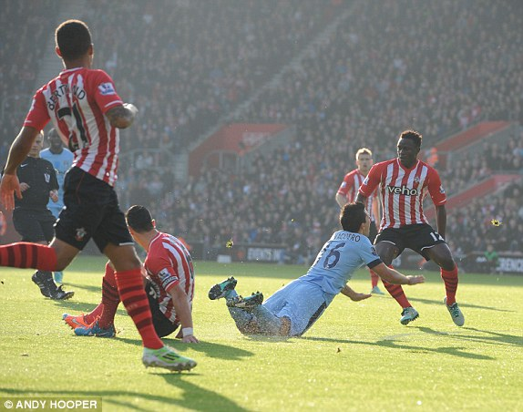 Aguero tỏ ra khá đau sau pha va chạm này.